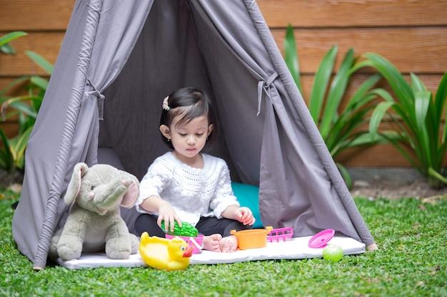 Zagraj w namiocie na podwórku