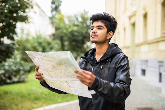 Zagubiony indyjski turysta patrzeje mapę miasta podczas wycieczki
