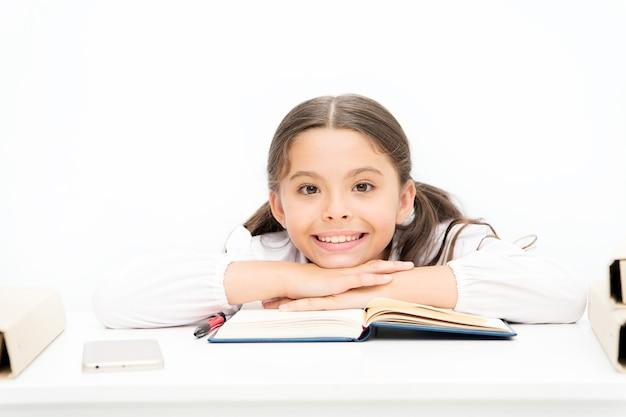 Zagubiony w bajce. nauka gramatyki dla dzieci. powrót do szkoły. zeszyt słownika. zdobyć informację. szczęśliwa dziewczyna z skoroszytu. edukacja. mała dziewczynka w szkolnym mundurku. czytanie historii. literatura dziecięca.