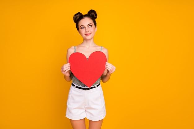 Zainteresowana dziewczyna dostaje czerwoną dużą papierową kartę serca wygląd kopii przestrzeni myśli