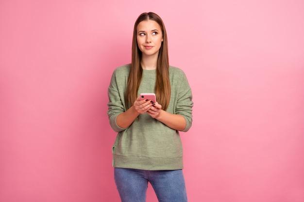 Zainteresowana dziewczyna używa copyspace wygląd smartfona
