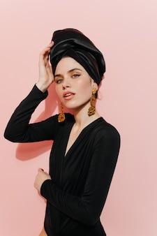 Zainteresowana młoda dama dotykająca turbanu