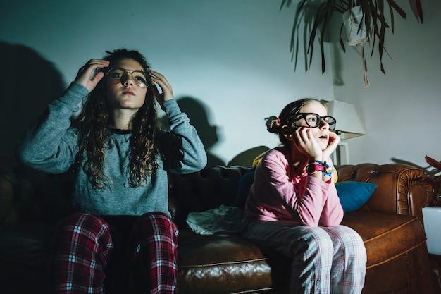 Zainteresowane dziewczyny oglądające telewizję