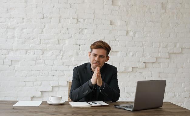 Zainteresowany stylowy projektant słucha klienta i zaciera ręce