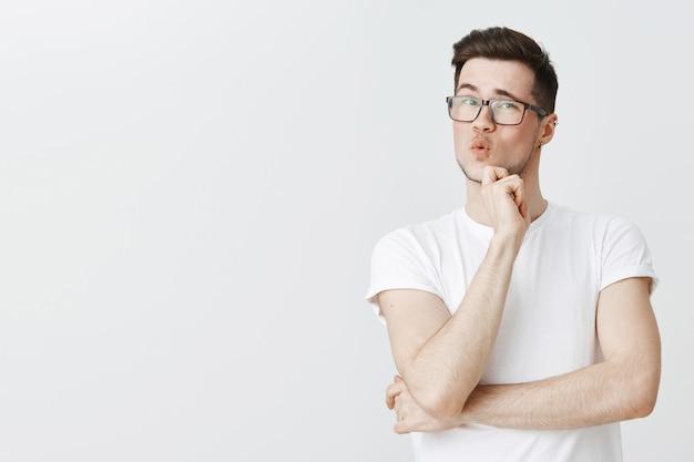 Zaintrygowany facet w okularach ma ciekawe założenie