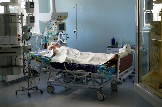 Zaintubowany dorosły biały mężczyzna pod avl leżący w śpiączce na oddziale intensywnej terapii