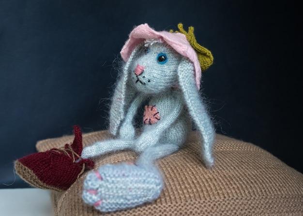 Zając ręcznie robiony na drutach, zabawki na drutach