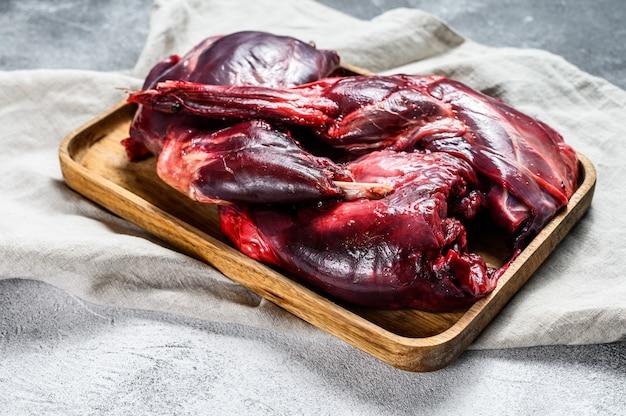 Zające mięso surowa świeża dzika zając na drewnianym stole