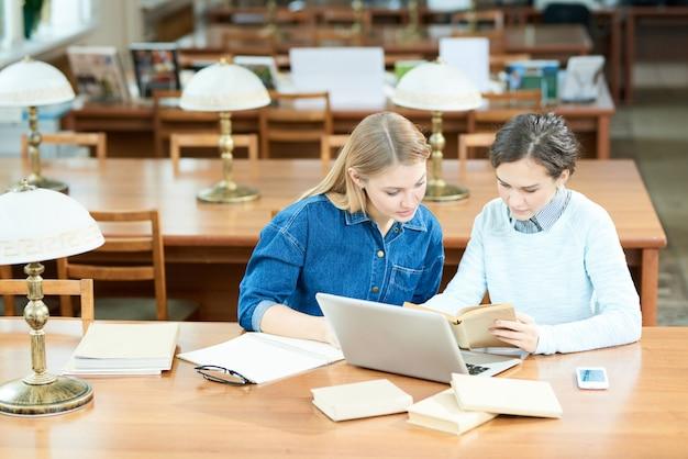Zajęci studenci znajdujący fakty naukowe
