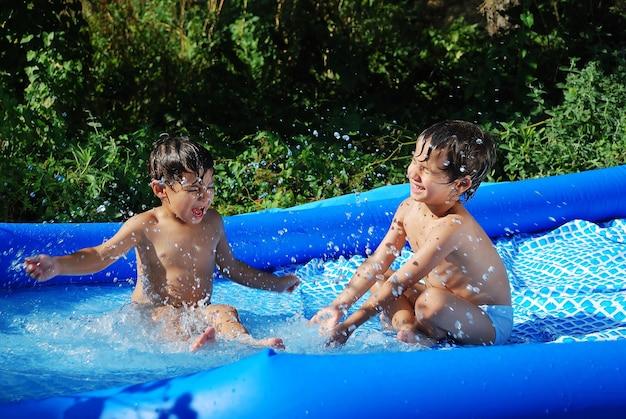 Zajęcia dla dzieci na basenie w lecie