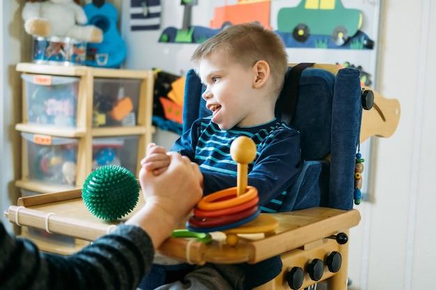 Zajęcia dla dzieci niepełnosprawnych zajęcia przedszkolne dla dzieci ze specjalnymi potrzebami chłopiec z