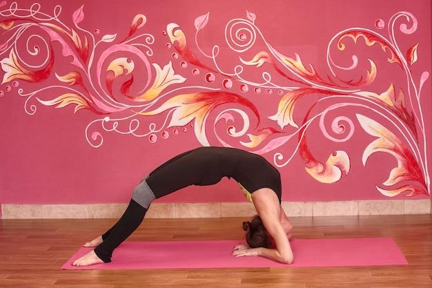Zajęcia fitness lub jogi, kobieta sport robi ćwiczenia w siłowni