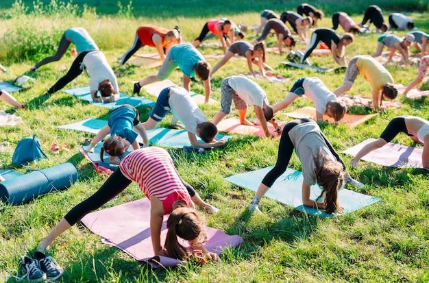 Zajęcia jogi na świeżym powietrzu.