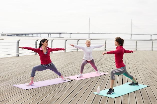 Zajęcia jogi przez wodę