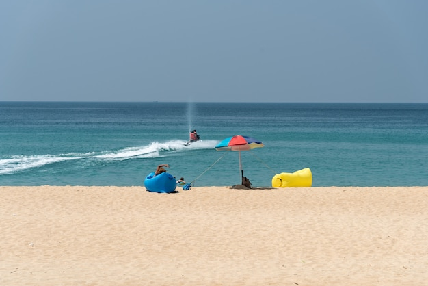 Zajęcia na plaży na morzu w phuket