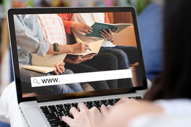 Zajęcia online, www. i pusty pasek wyszukiwania dla banera internetowego e learningu na tle ekranu laptopa