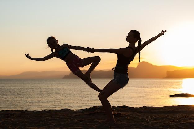 Zajęcia sunset yoga.