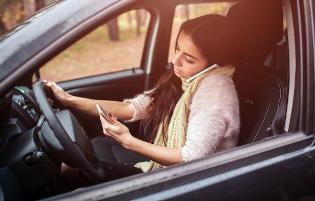 Zajęta kobieta się spieszy, nie ma czasu, idzie do pracy w drodze. pracownik rozmawia przez telefon w tym samym czasie podczas korzystania z telefonu
