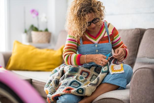 Zajęta kobieta w domu pracująca jak krawiec z kolorowym, modnym materiałem
