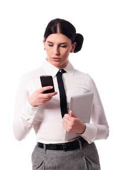 Zajęta kobieta z telefonem i cyfrowym tabletem
