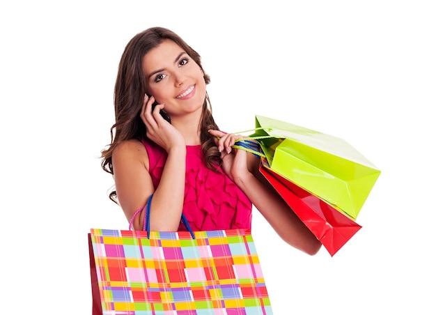Zajęta kobieta z torby na zakupy
