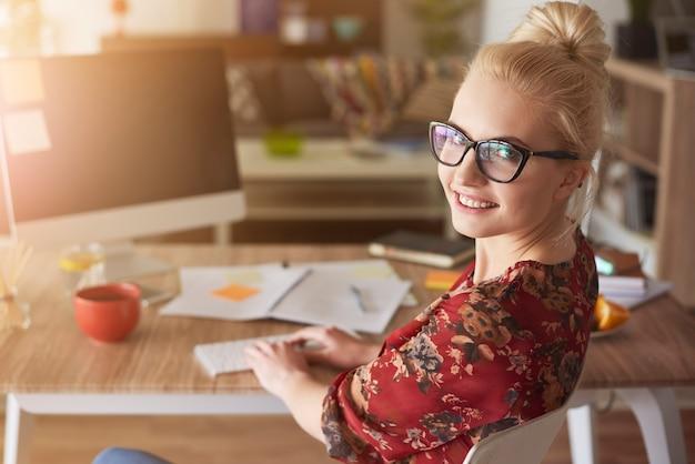 Zajęta młoda kobieta w pracy