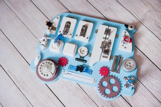 Zajęta tablica dla dzieci. zabawki edukacyjne dla dzieci. drewniana plansza do gry. diy busyboard