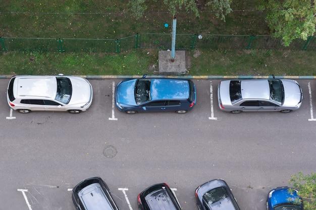 Zajęte miejsca parkingowe w pobliżu wieżowca mieszkalnego