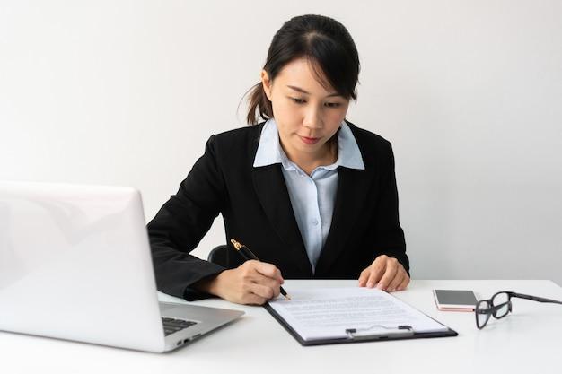Zajęty azjatyckich bizneswoman pracuje w biurze