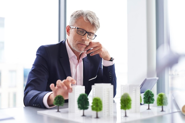 Zajęty biznesmen myślący o nowym rozwiązaniu