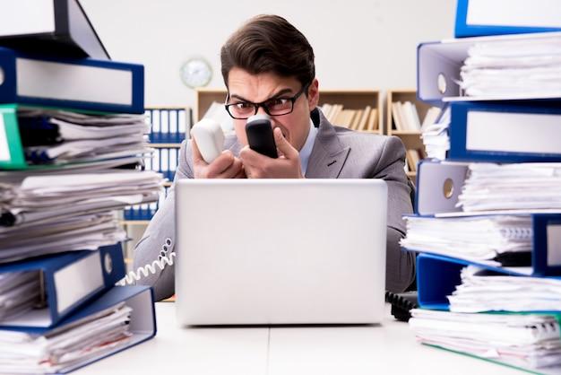 Zajęty biznesmen pod wpływem stresu z powodu nadmiernej pracy