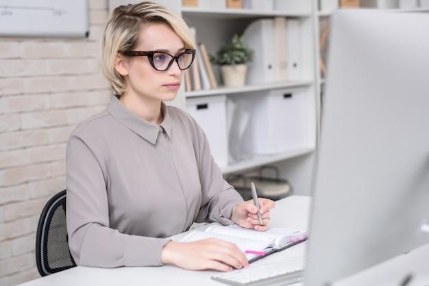 Zajęty bizneswoman pracuje w biurze