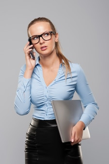 Zajęty bizneswoman z nowoczesnym sprzętem elektronicznym