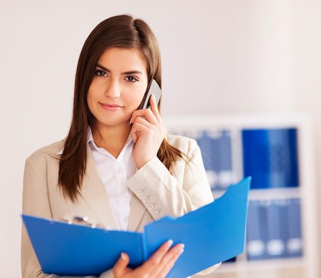 Zajęty interesu w rozmowie na inteligentny telefon
