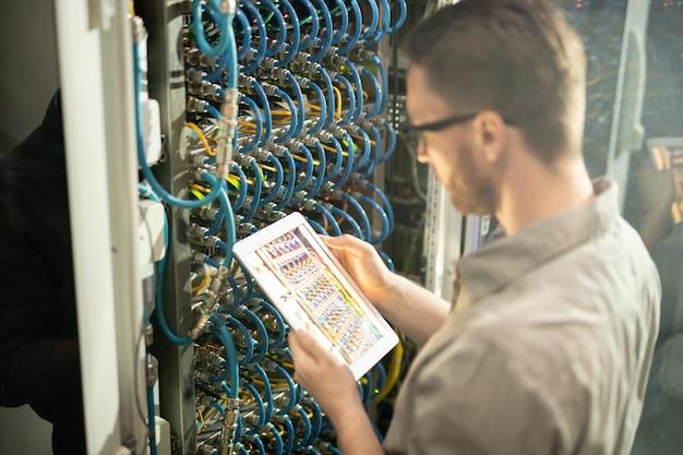 Zajęty inżynier serwera analizuje połączenia