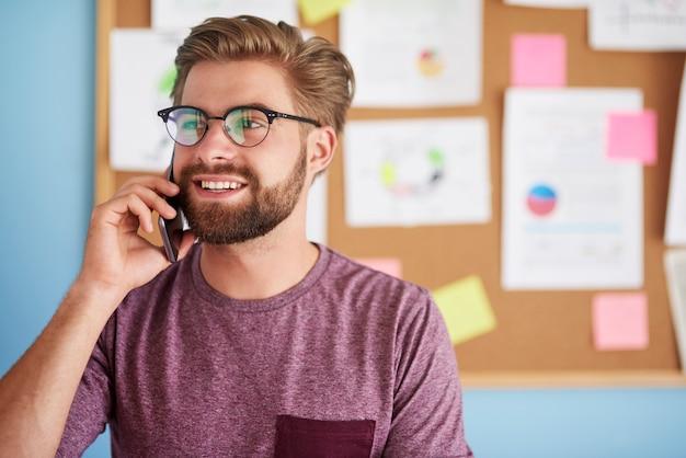 Zajęty mężczyzna rozmawia przez telefon
