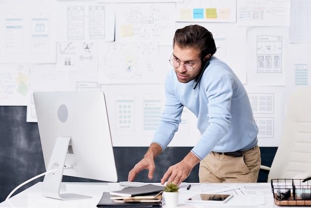Zajęty młody człowiek pracujący