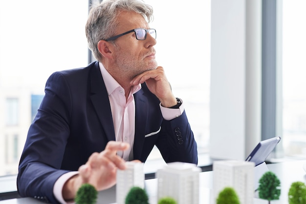 Zajęty starszy biznesmen myślący o nowych rozwiązaniach