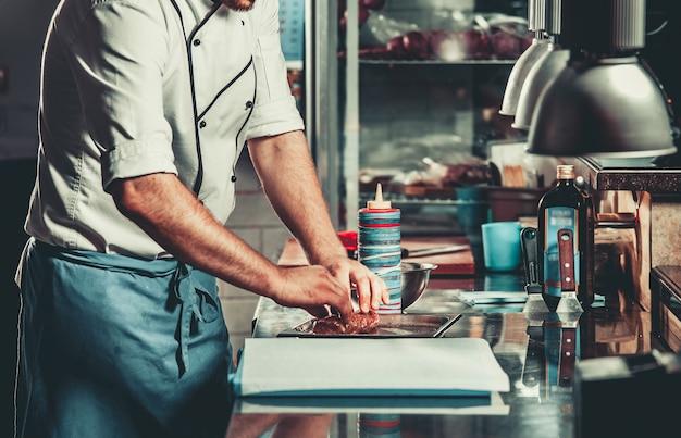 Zajęty szef kuchni w pracy w kuchni restauracji