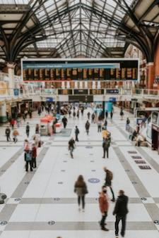 Zajęty tłum na stacji kolejowej