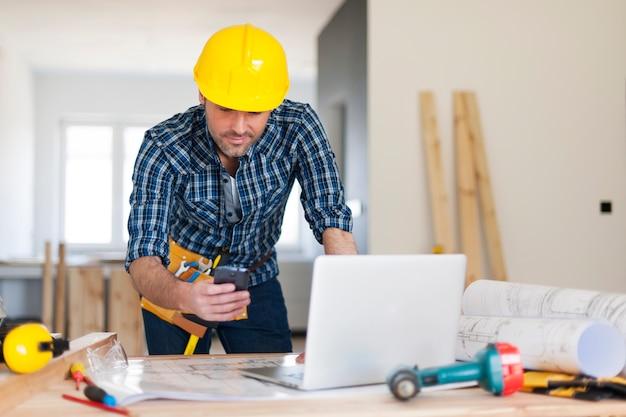 Zajęty wykonawca budynku w pracy