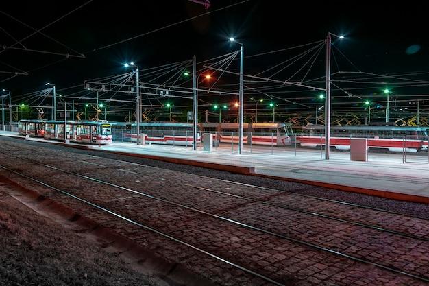 Zajezdnia tramwajowa w nocy. linia tramwajowa. transport miejski. tor tramwajowy.