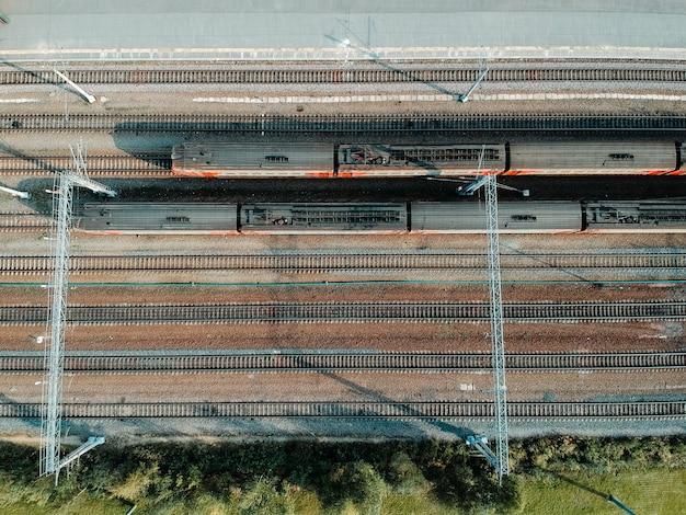 Zajezdnie, tory kolejowe, przesiadki i pociągi aerialphoto. sankt petersburg, rosja. flatley