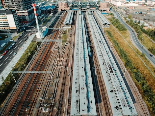 Zajezdnie, tory kolejowe, przesiadki i pociągi aerialphoto. sankt petersburg, rosja.