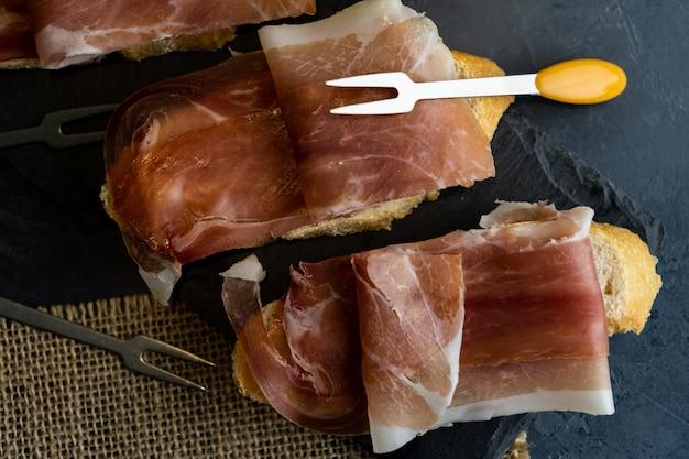 Zakąska szynki iberyjskiej serrano z chlebem