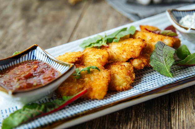 Zakąski głęboko smażone nuggetsy z kurczaka z sosem