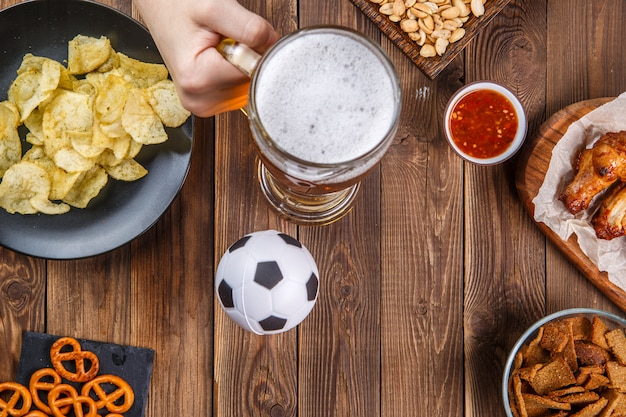 Zakąski i piwo na stole