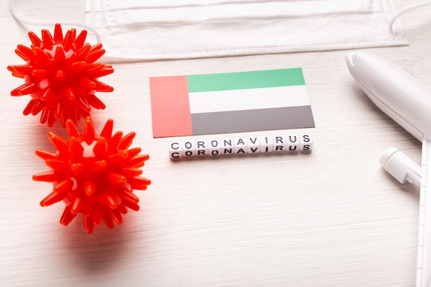 Zakaz lotów i zamknięte granice dla turystów i podróżnych z koronawirusem covid-19. samolot i flaga zjednoczonych emiratów arabskich na białym tle