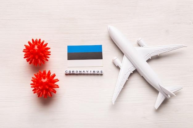 Zakaz lotu i zamknięte granice dla turystów i podróżników z koronawirusem covid-19. samolot i flaga estonii na białym tle. koronawirus pandemia.