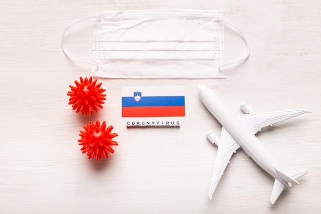 Zakaz lotu i zamknięte granice dla turystów i podróżników z koronawirusem covid-19. samolot i flaga słowenii na białym tle. koronawirus pandemia.